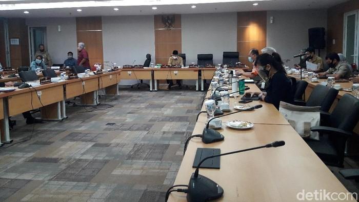 Komisi B DPRD DKI Jakarta menggelar rapat kerja bersama PT Jakarta Propertindo (Jakpro) (M Ilman Nafian/detikcom)