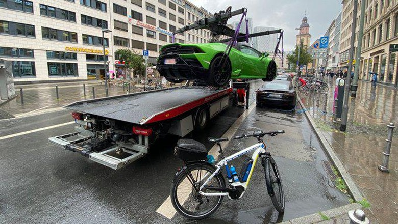 Lamborghini diciduk gara-gara parkir di tempat pengecasan mobil listrik