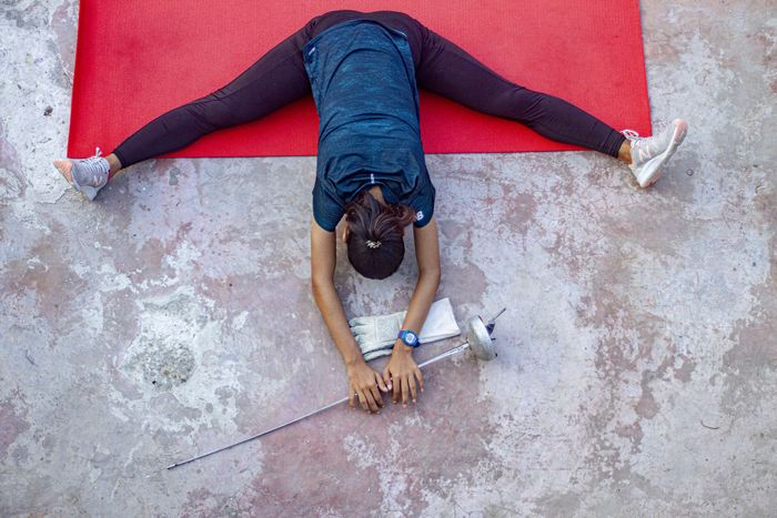 Atlet Anggar Siti Nurlaela berlatih secara mandiri di Desa Tunggakjati, Karawang, Jawa Barat, Minggu (12/7/2020). Atlet anggar peraih emas Kejuaran Nasional nomor epee beregu putri dan perunggu pada Malaysia Open ini menjalani program latihan mandiri di masa pandemi COVID-19 guna menjaga stamina dalam persiapan Pekan Olahraga Nasional (PON) XX Papua. ANTARA FOTO/M Ibnu Chazar/aww.
