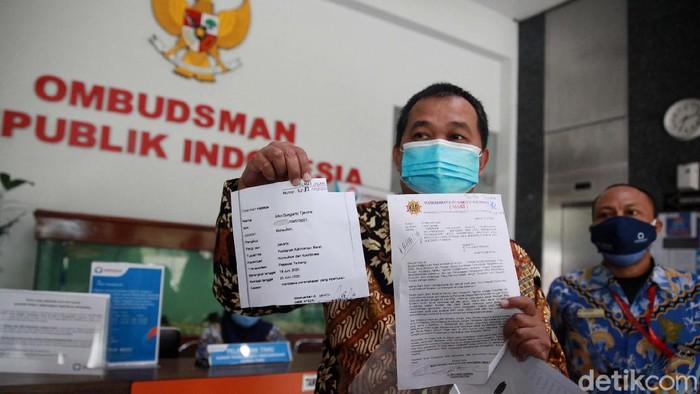 Koordinator MAKI datangi kantor Ombudsman RI. Kedatangannya itu untuk melaporkan 'surat jalan' atas nama Joko Soegiarto Tjandra alias Djoko Tjandra.