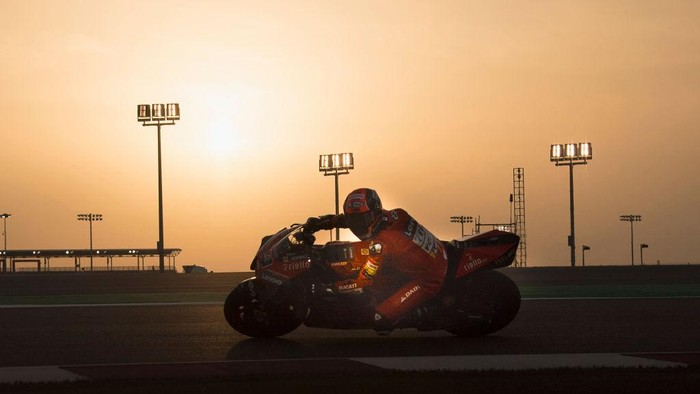 DOHA, QATAR - FEBRUARY 24: Danilo Petrucci of Italy and Ducati Teamrounds the bend  during the MotoGP Tests at Losail Circuit on February 24, 2020 in Doha, Qatar. (Photo by Mirco Lazzari gp/Getty Images)
