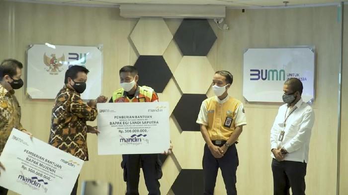 Mujenih dan Egi Sandi Saputra, Petugas KRL jujur kembalikan Rp 500 Juta dapat penghargaan.