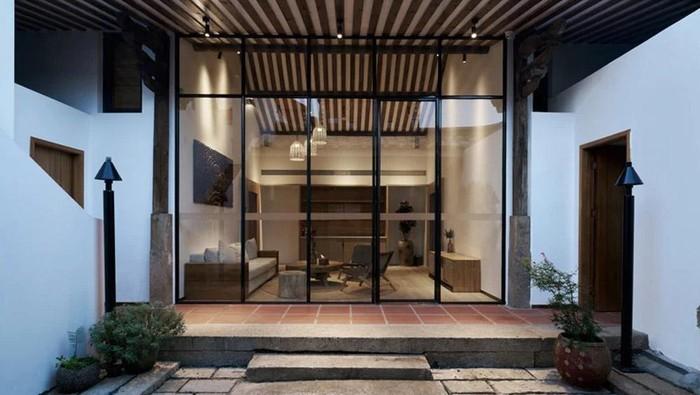 Rumah ini mengusung konsep jadul dan modern. Bila dilihat sekilas dari luar memang tampak kuno. Tapi lihat bagian dalamnya.