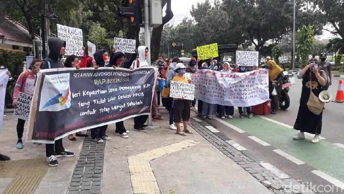 Orang tua aksi di depan Balai Kota DKI Jakarta