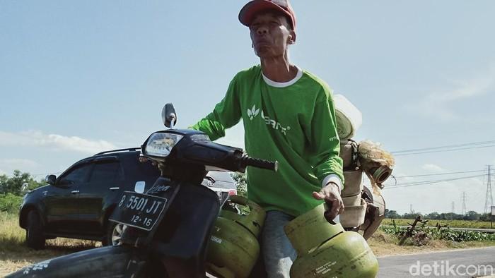Para petani menggunakan tabung gas 3 kg untuk bahan bakar diesel pompa air