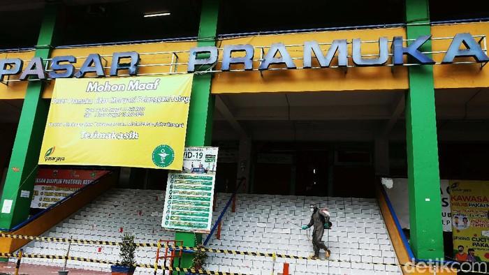 Jelang dibuka, Pasar Pramuka disemprot disinfektan oleh petugas Damkar Pemkot Jakarta Timur, Senin (13/07/2020). Pasar ini ditutup selama 3 hari sejak 11-13 Juli 2020.