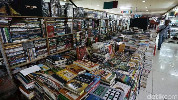 Dampak ekonomi dari pandemi COVID-19 dirasakan sejumlah pihak. Salah satunya para pedagang buku bekas di kawasan Blok M yang alami penurunan penjualan.