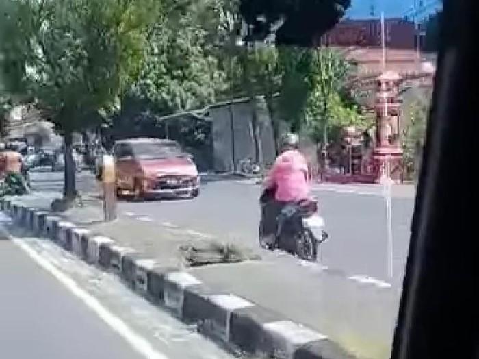 Pemotor emak-emak santuy lawan arus di Jalan Yogya-Solo, Klaten, Senin (13/7/2020).
