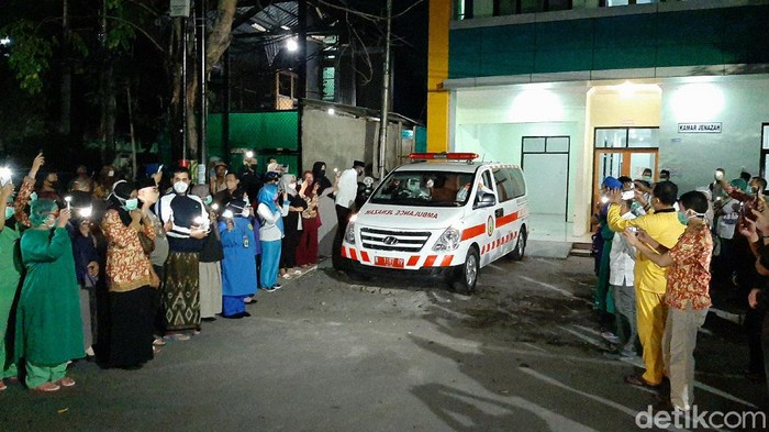 Perawat Puskesmas Ketapang Kota Probolinggo yang positif COVID-19 meninggal. Ia mengembuskan napas terakhir setelah sepekan dirawat di RSUD dr Mochamad Saleh.
