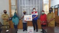 Pertamina Bagikan Alat Kesehatan ke Kelurahan di Surabaya
