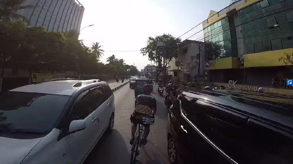 Viral Pesepeda Bule Lawan Arah di Tengah Jalan, Netizen +62: Halal Ditabrak