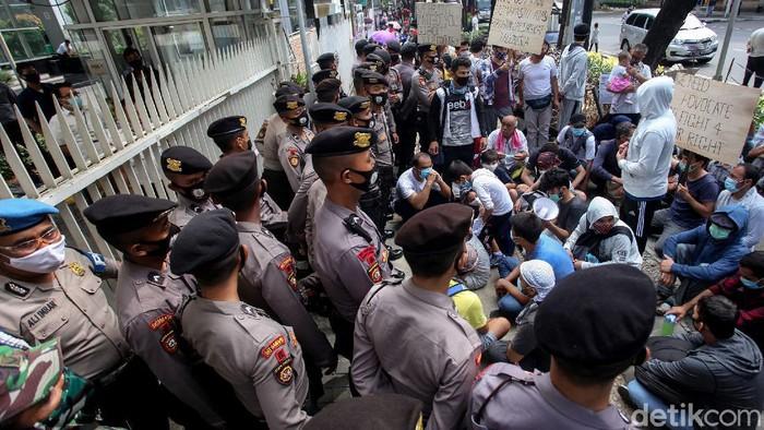 Sejumlah imigran mendatangi kantor UNHCR di kawasan Kebon Sirih, Jakarta. Kedatangan mereka untuk menanyakan perihal kejelasan nasib mereka di Indonesia.
