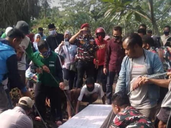 Proses pemakaman pekerja migran asal Sumedang yang meninggal di Malaysia