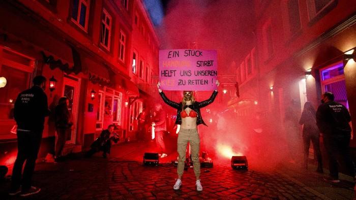 Para PSK di Jerman turun ke jalan memprotes ditutupnya lokalisasi di distrik lampu merah di kawasan Hamburg. Ini foto-fotonya!
