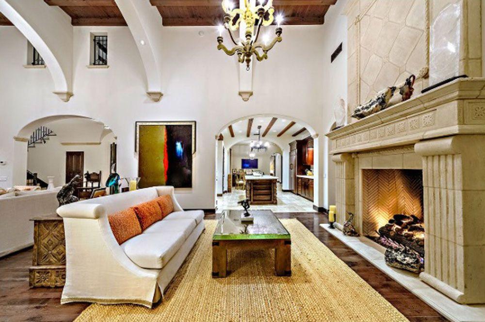 Aktor dan sutradara film Sylvester Stallone menjual rumahnya yang terletak di La Quinta, California dengan harga US$ 3,35 juta setara Rp 48 miliar (kurs Rp 14.400). Harga ini lebih rendah US$ 1,15 juta (Rp 16,6 miliar) dari harga belinya US$ 4,5 juta (Rp 65 miliar) pada satu dekade lalu.