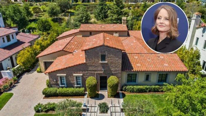 Aktris peraih Oscar Jodie Foster telah menjual rumahnya di Calabasas, California, dengan harga US$ 2,85 juta setara Rp 41 miliar (kurs Rp 14.400). Rumah  bergaya Revival Spanyol dijual sejak 28 April lalu dan telah laku hanya dalam waktu dua hari.
