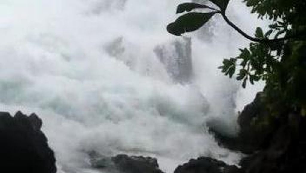 Dihantam Ombak Saat Foto, Kakak-Adik di Nisel Jatuh dari Batu Karang 10 Meter