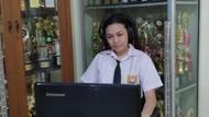 MPLS di Jakarta, Siswa Berseragam Saat Upacara Daring dari Rumah