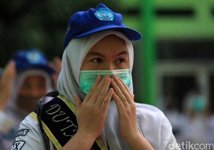 Tahun Ajaran Baru 2020/2021 dimulai hari ini. Siswa-siswi di SMA Negeri 2 Kota Bekasi, Jawa Barat pun mengikuti apel Masa Pengenalan Lingkungan Sekolah (MPLS) Tahun Ajaran 2020/2021.