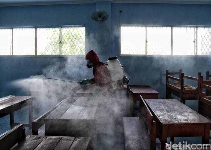 Petugas Pemadam Kebakaran Sektor 2 Koja melakukan penyemprotan di SMKN 1, Lagoa, Jakarta Utara, Senin (13/7). Penyemprotan ini dilakukan untuk mempersiapkan sekolah di Jakarta Utara bebas COVID-19 jika nantinya kembali belajar tatap muka di lingkungan sekolah.
