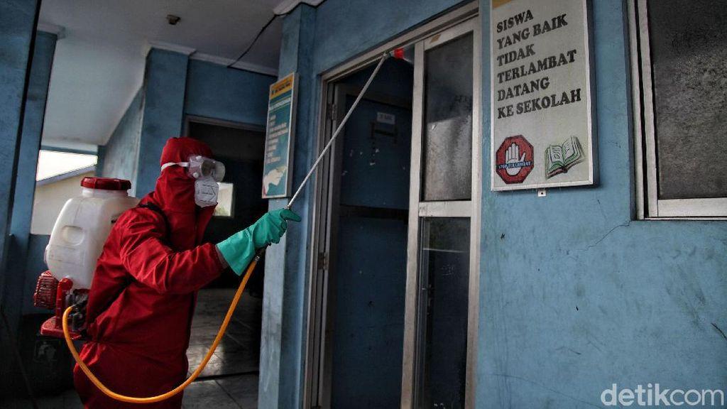 Siswa Belajar Jarak Jauh, SMKN 1 Jakarta Disemprot Disinfektan