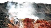 Asap ini berasal dari balik bongkahan batu membara yang ada di tebing itu, seperti neraka. (Anegar Walk/CC BY-SA 4.0)
