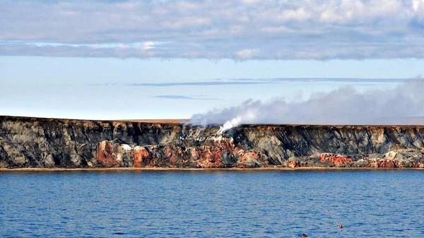 Di kawasan terpencil bagian barat laut Kanada, tepatnya di Cape Bathurst, ada sebuah tempat dengan pemandangan yang sangat mengerikan. Dari jauh, asap putih sudah membumbung tinggi. (Instagram/Lalaine Arenas Hasanbasic)