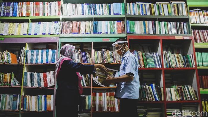 Masa Pengenalan Lingkungan Sekolah atau MPLS tahun ajaran baru 2020-2021 dimulai. SMPAN 153 Jakarta langsung membagikan buku pelajaran kepada orang tua murid.
