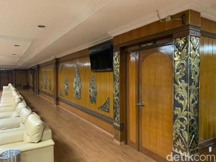 Suasana ruang rapat fraksi di lantai 3 gedung DPRD Jateng yang ditutup pasca-meninggalnya anggota dewan Syamsul Bahri positif Corona, Semarang, Senin (13/7/2020).  (Angling Adhitya Purbaya/detikcom)