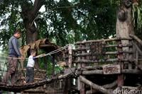 Dinas Pertamanan dan Hutan Kota Provinsi DKI Jakarta mengaku tetap memantau ketat 16 RTH yang dibuka fase awal guna menekan laju penyebaran COVID-19.
