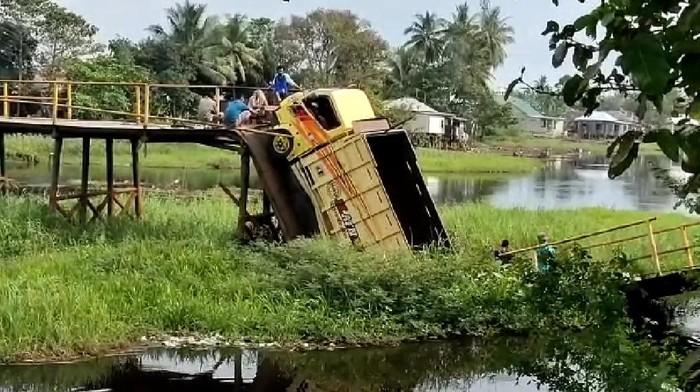 Truk terperosok akibat jembatan di Ogan Ilir Sumsel putus