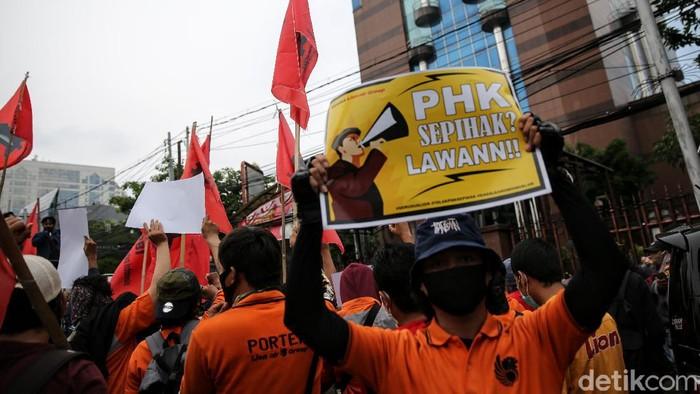 Para pekerja alih daya (outsourcing) yang kebanyakan porter Lion Air menggeruduk Lion Air Tower, Jakarta. Mereka menuntut hak usai PHK beberapa waktu lalu.