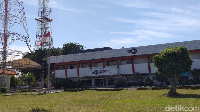 Dua pegawai Televisi Republik Indonesia (TVRI) Jawa Timur meninggal. Kedua pegawai itu meninggal dengan status positif COVID-19.