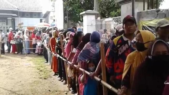 Warga di Subang Antre Berdesakan Demi Dapat Bantuan Dampak Covid-19