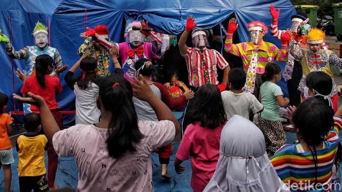 Komunitas Aku Badut Indonesia melakukan trauma healing kepada sejumlah anak-anak korban kebakaran di kawasan Rawamangun, Jakarta. Yuk, intip keseruannya!