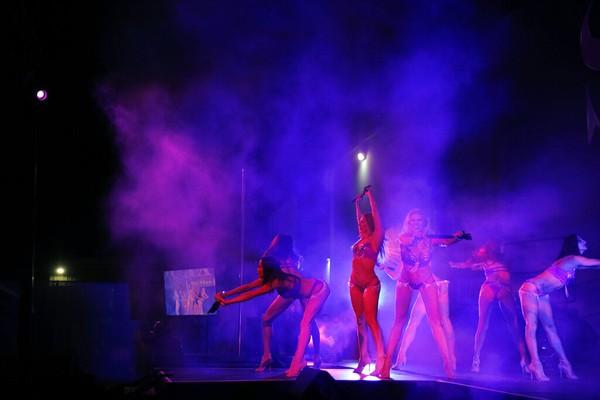 Produser dan pemain mengadakan pertunjukan selama beberapa malam di tempat terbuka untuk mengumpulkan uang untuk amal sementara showroom reguler mereka di resor dan kasino Westgate Las Vegas ditutup.