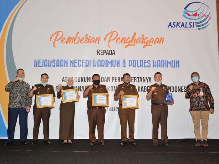 Ketua Umum Askalsi Lukman Hakim memberikan penghargaan kepada Kejaksaan Negeri Karimun, Kepulauan Riau.