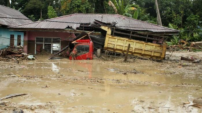 Sebuah truk milik warga terendam lumpur akibat banjir bandang di Desa Radda, Kabupaten Luwu Utara, Sulawesi Selatan, Selasa (14/7/2020). Petugas BPBD Sulawesi Selatan masih menginventarisasi kerugian akibat banjir bandang pada Senin, 13 Juli 2020 yang mengakibatkan puluhan rumah terbawa arus, dua orang meninggal dan tujuh orang hilang. ANTARA FOTO/Indra/wpa/foc.