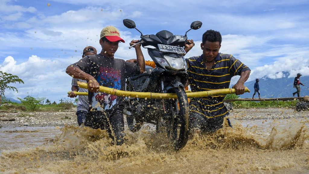 Banjir Bikin Jasa Panggul Motor di Sigi Kebanjiran Rezeki