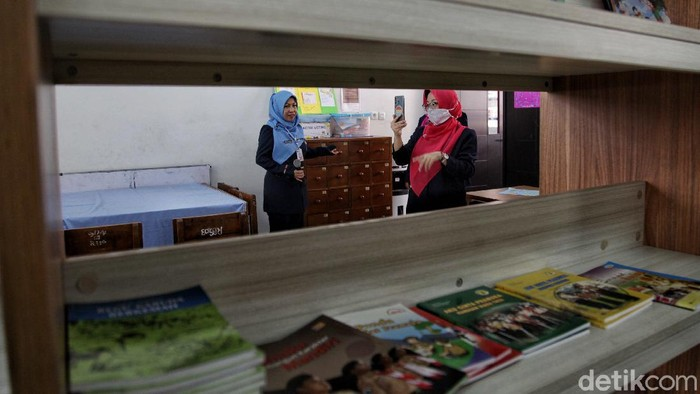 Masa Pengenalan Lingkungan Sekolah (MPLS) di SDN Rawa Badak Selatan 01, Jakarta, dilakukan secara daring. Siswa diajak mengenal guru dan sekolah via online.