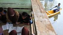 Potret Siswa Belajar Kelompok di Tengah Banjir