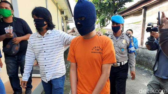 Seorang mahasiswa diamankan polisi karena menjadi muncikari. AP diketahui menawarkan jasa esek-esek itu melalui media sosial Twitter.
