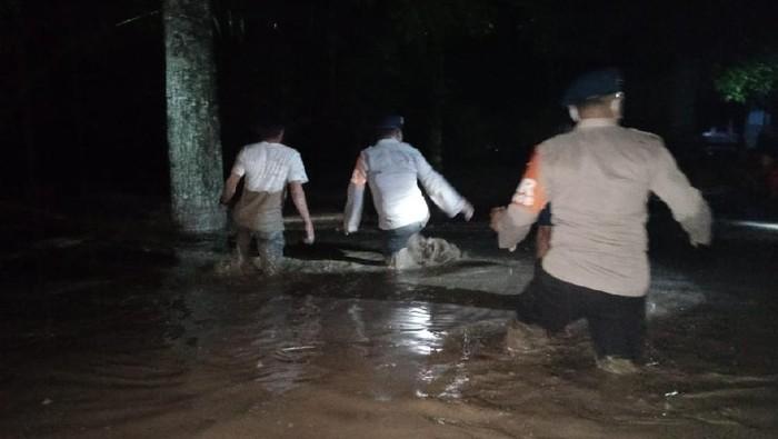 Brimob evakuasi warga terdampak banjir bandang Luwu Utara.