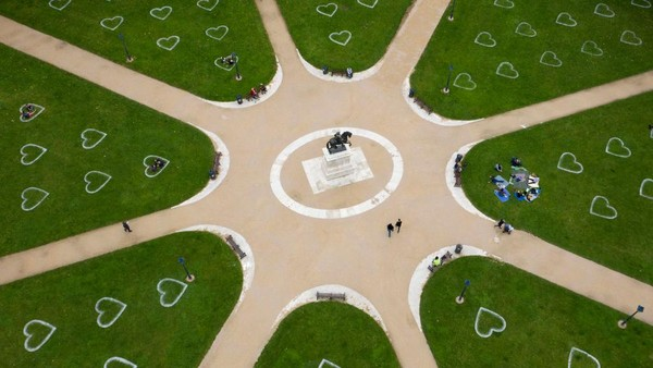 Pada taman tersebut terdapat sekitar 224 tanda jaga jarak berbentuk hati yang dibuat oleh kelompok seniman jalanan.