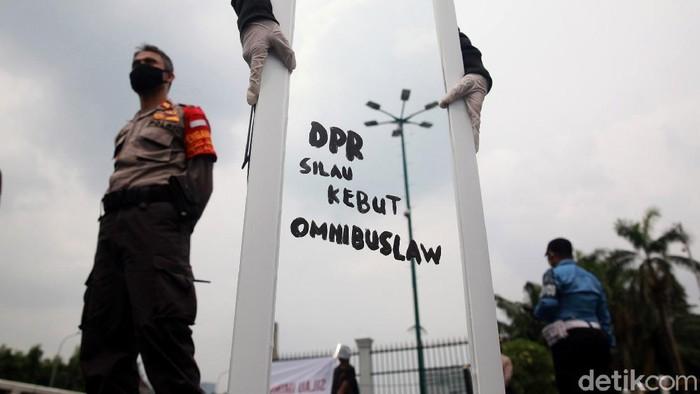 Massa dari sejumlah organisasi menggelar aksi di depan gedung DPR. Aksi itu digelar untuk menolak Omnibus Law.