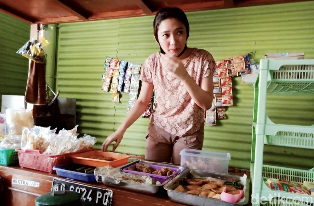 Penjual hik atau angkringan di Klaten, Jawa Tengah ini bikin gagal fokus. Dia adalah Daniella Ananda Setiawan (20), seorang gadis yang terbilang rupawan.Daniella, sapaannya, berjualan Angkringan 31 di Jalan Rajawali 31 Bareng Kidul, Kecamatan Klaten Tengah, Klaten. Memiliki paras cantik dan berkulit putih, Daniella ramah melayani pembeli, seperti membuat pesanan es tes, es jeruk, kopi, wedang uwuh dan menu lainnya.