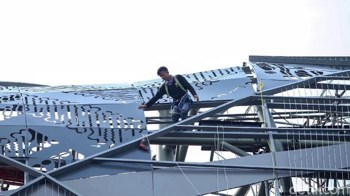 Sejumlah pekerja konstruksi melakukan aktivitas tanpa menggunakan peralatan keselamatan kerja di komplek Taman Ria, Senayan, Jakarta.
