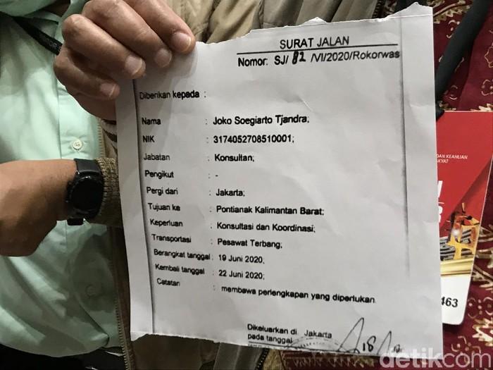 Foto 'Surat Jalan' Djoko Tjandra dari MAKI diterima Komisi III DPR.