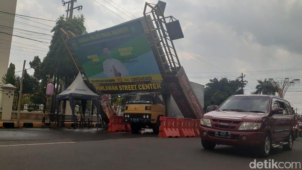 Gapura Sosialisasi COVID-19 di Kota Madiun Ternyata Ambruk Tertabrak Truk