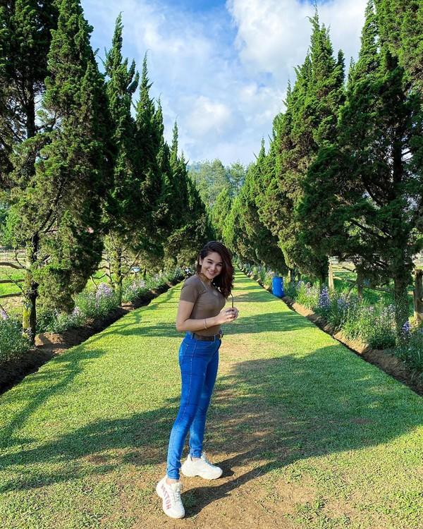 Hana saat berada di The Ranch yang cukup populer di Lembang, Bandung (Instagram)